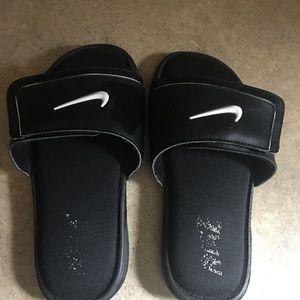 Nike Youth size 3 sandals flips flops 👟 EUC